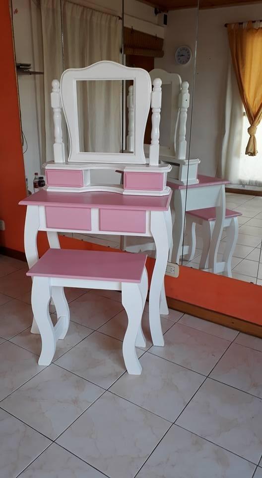 Bonito Banco De Tocador Con Los Muebles De Almacenamiento Foto ...