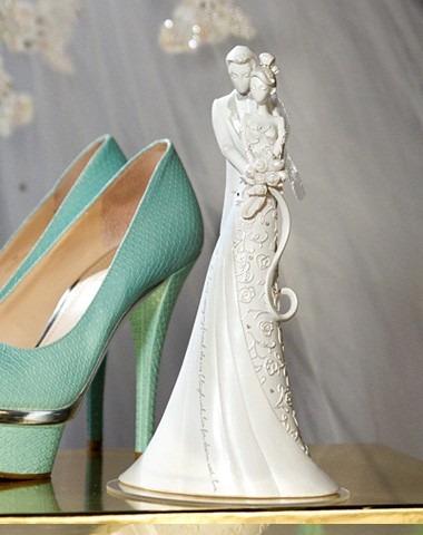 topo de bolo de casamento noivinhos embrace first dance kiss