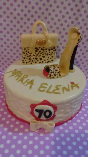 torta falsa  decorada con  porcelana fria