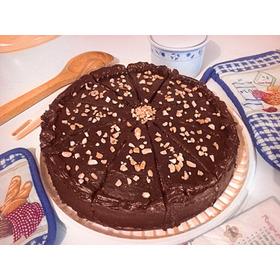 Torta Marmoleada Cubierta De Chocolate Y Lluvia De Maní