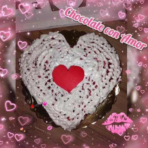 tortas de chocolate en forma de corazón y galletas variadas