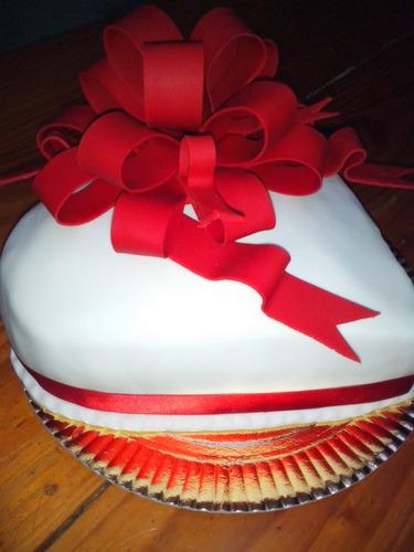 tortas decoradas  corazon c/moño  2kg mesas dulces