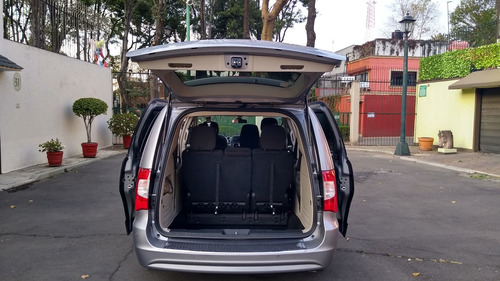 town & country li, 2014 impecable