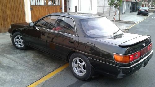 toyota carina sedan elegante, color negro, 5 asientos