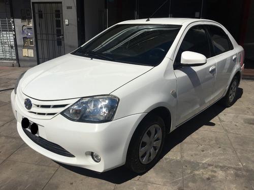 toyota etios 1.5 sedan xs 2015 permuto/ financio