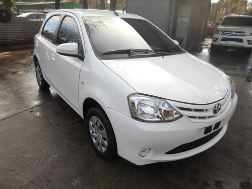 toyota etios 5 puertas blanco version x 100% financiado