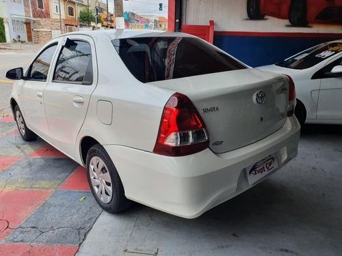toyota etios sedan carro