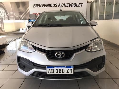 toyota etios x 4 puertas 2018 gris