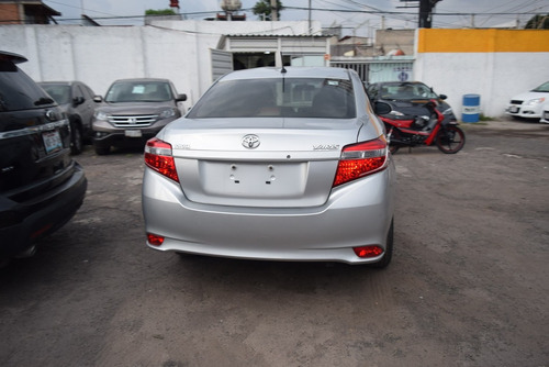 toyota yaris 1.5 core at sedan cvt rines aluminio