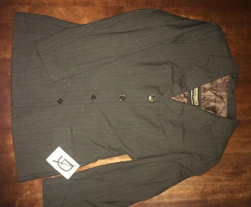 traje de dama marrón