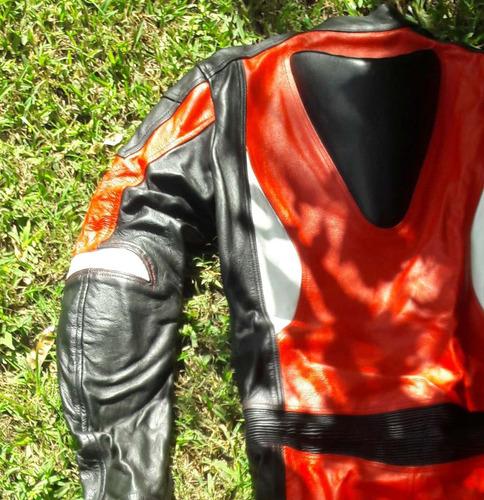 traje para moto negro y rojo diseñado por keviar