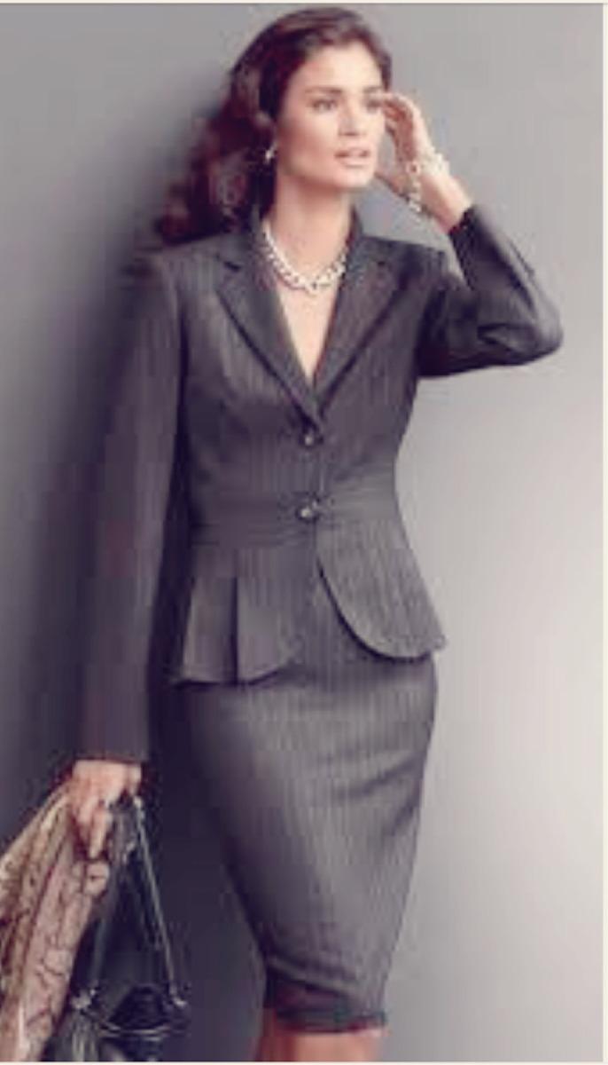mujer con traje sastre