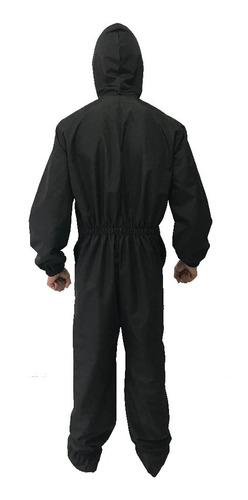 traje tyvek en antifluido blanco y negro