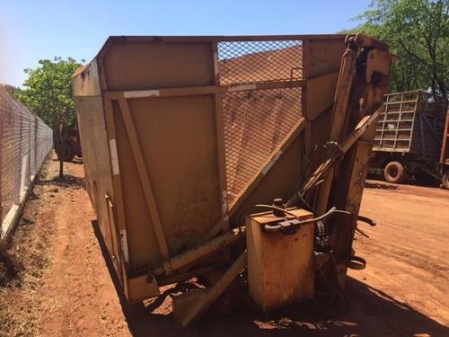 transbordo de uma caixa marca sermag para caminhão.