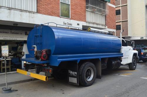 transporte agua potable camión cisterna.