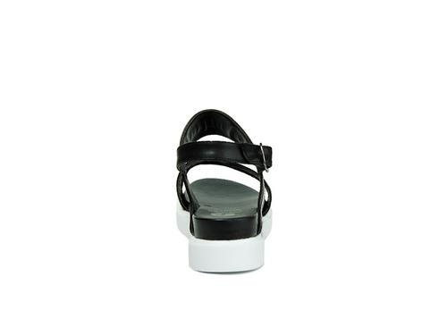 trender sandalia color negro con aplicación enfrente