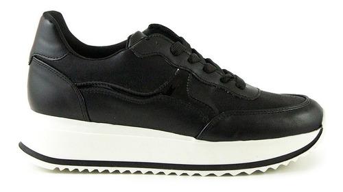 trender tenis color negro con plataforma color blanco y