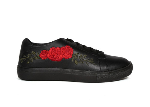 trender tenis negro con flores bordadas en rojo