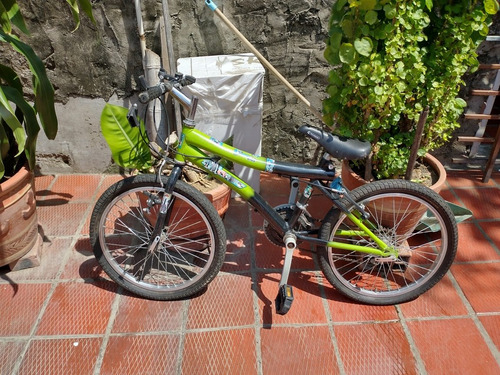 tres bicicletas usadas