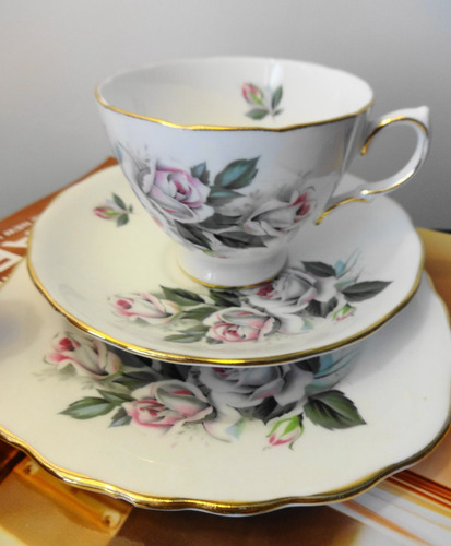 trío de te ingles con rosas muy delicadas, en porcelana.