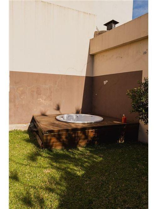 triplex 4 ambientes c/ jardin - cochera- flores
