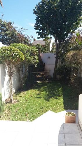 triplex 4 ambientes con cochera; patio; parrilla y jardin