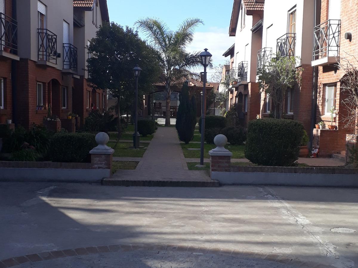triplex en barrio cerrado.