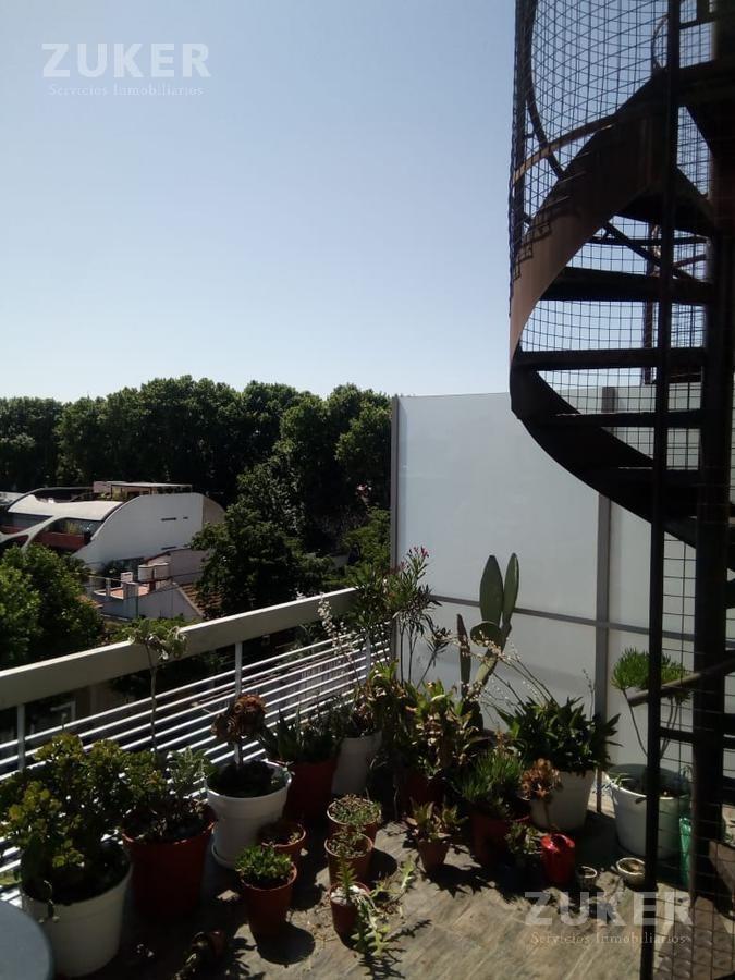 triplex en venta 2 ambientes con terraza propia y cochera y baulera.