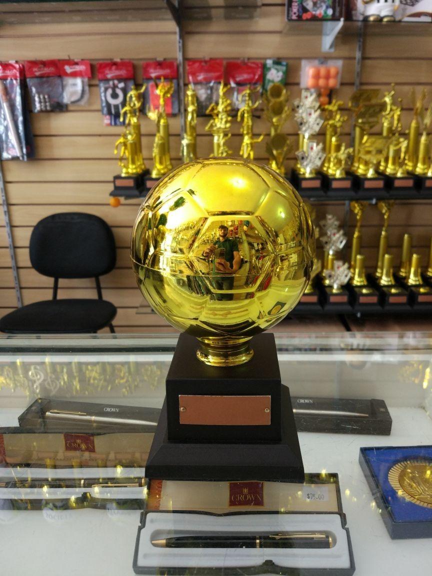 9cb57c84e6b63 troféu bola de ouro 23 cm. Carregando zoom.