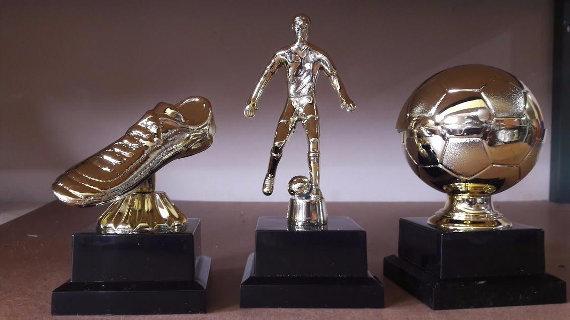 c469a61a3cbe6 Troféu Melhor Jogador Bola De Ouro + Chuteira + Goleiro - R  100