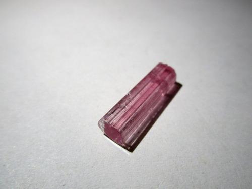 turmalina rubelita natural en bruto - cristal terminado
