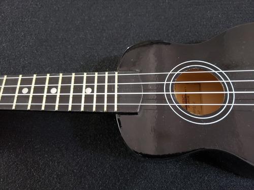 ukulele soprano acústico con plumilla de regalo.