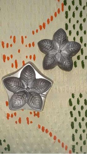um conjunto com doze peças de flores