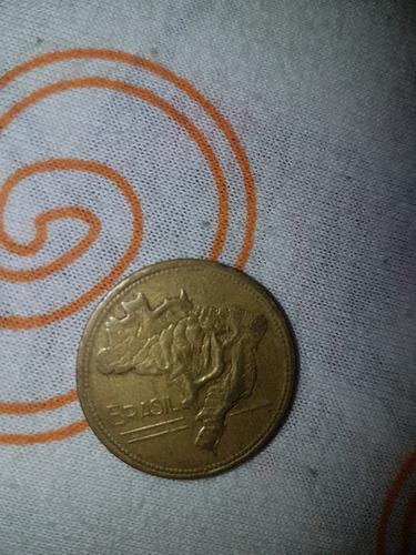 uma moeda de 2 cruzeiro de 1945