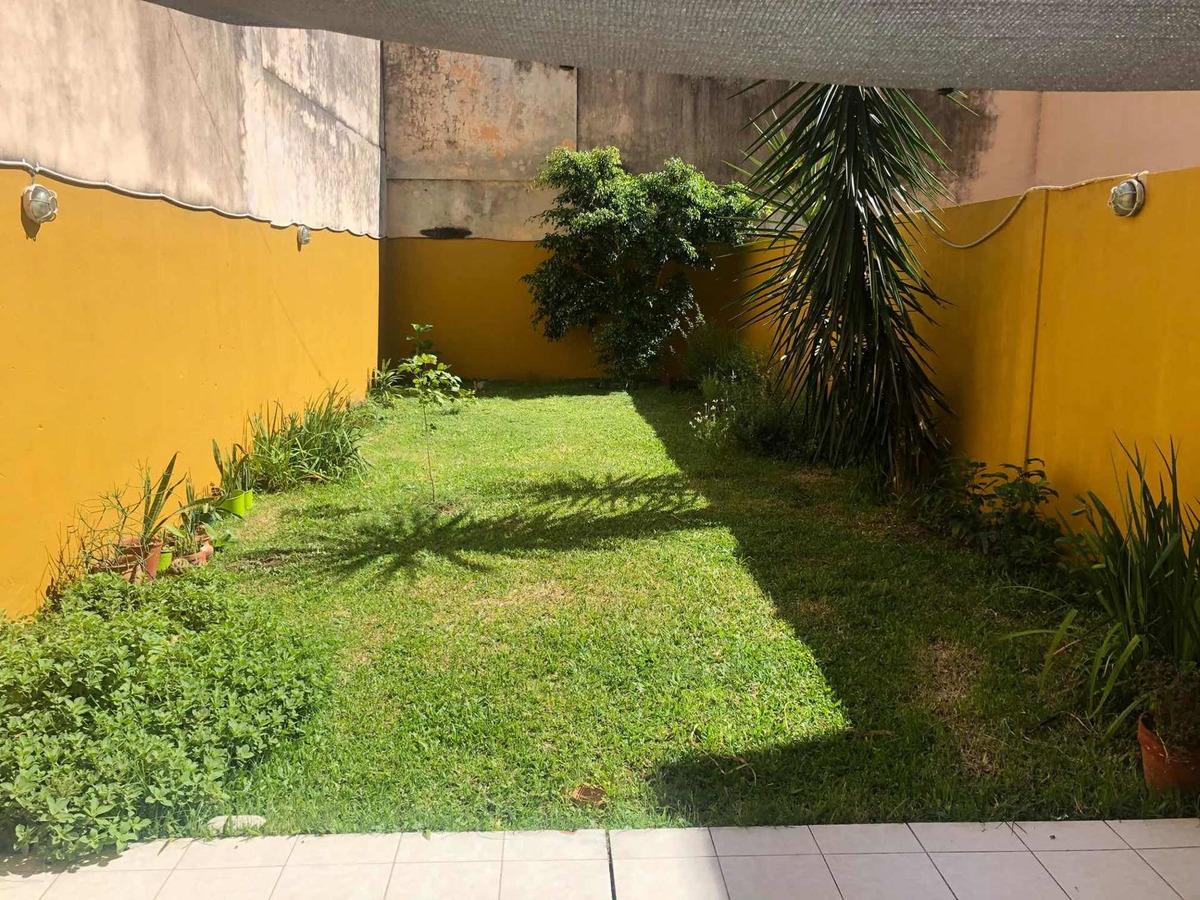 un dormitorio + un comodín. jardín