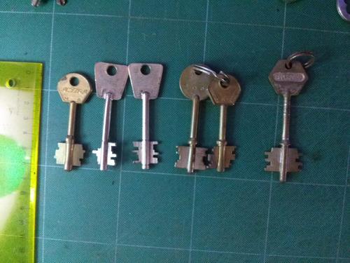 un lote de seis llaves de bronce
