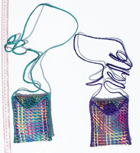 un porta celular colorido tejido a mano de paja toquilla