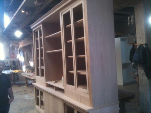 una biblioteca enchapada en madera natural de 200x 90 x 30cm