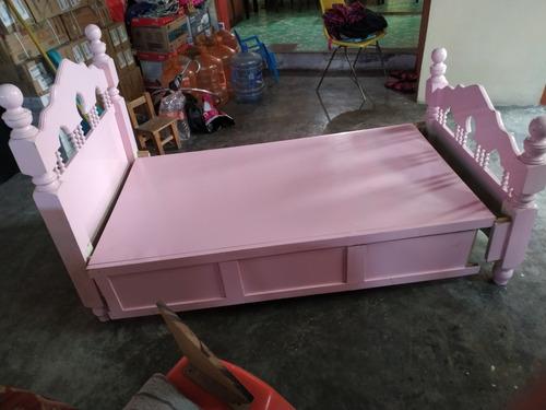 una cama cuna individual y una cama de princesa tipo cuna