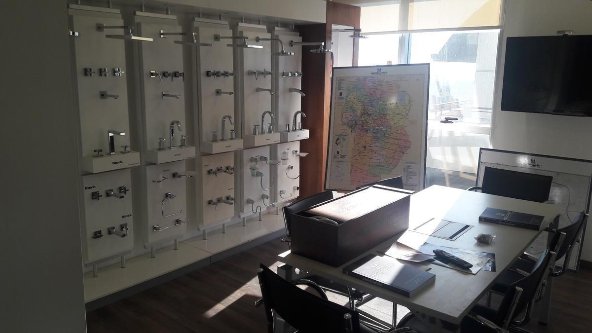 una oficina en venta en la zona sur de cba edisur office,, más 2 cocheras a 199 mil dolares. ganga para mudar tu trabajo
