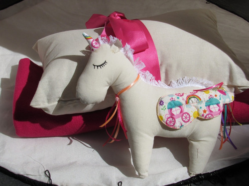 unicornio muñeco muñeca de tela con cintas apego