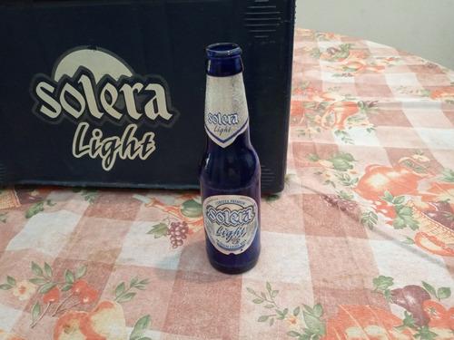 vacío gavera de cerveza con botellas