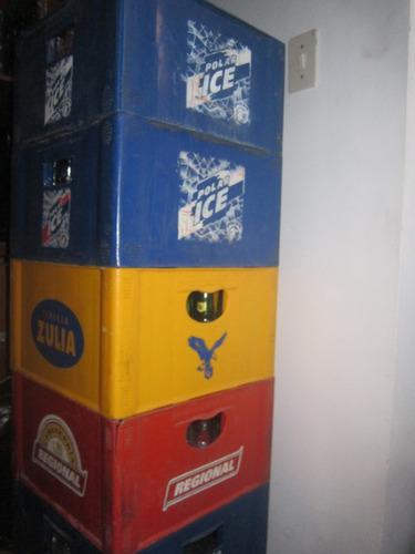 vacios de cervezas con botellas de vidrio