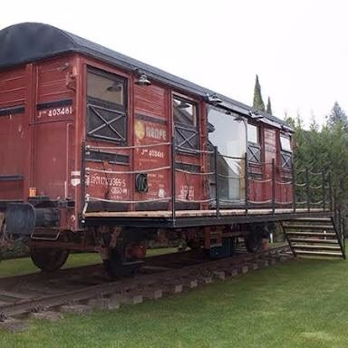 vagon de tren con asientos buenas condiciones