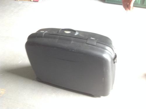 valija en plastico rigido. con ruedas.