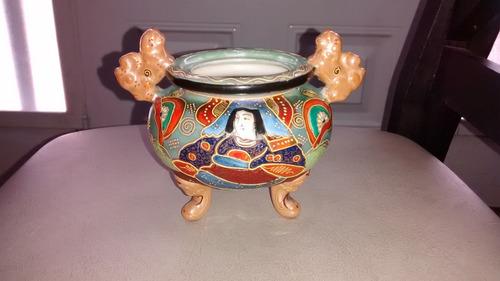 vasija japonesa antigua pintada a mano con relieves dorados