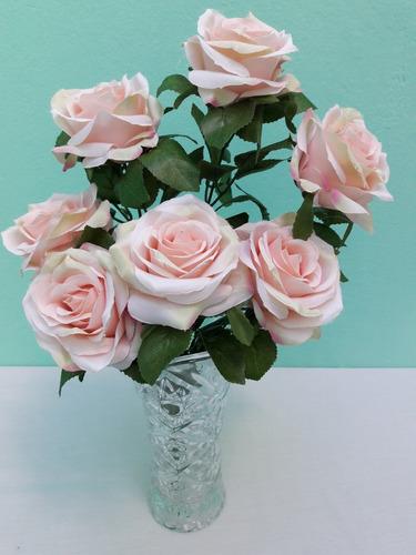 vaso de vidro com buquê de rosas artificiais