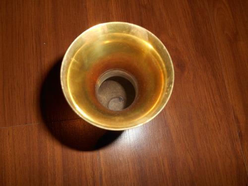 vaso dourado em metal