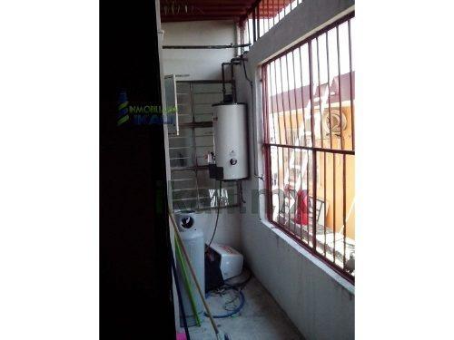 vende casa 3 recamaras zona centro tuxpan veracruz, de 2 pisos la planta alta está a nivel de la calle y consta de: estacionamiento para un automóvil techado, tiene una recamara, closet de cedro empo