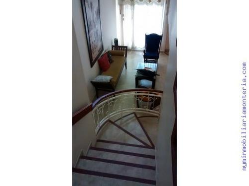 vende casa de dos pisos en la castellana